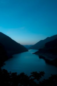 明け方の山の湖